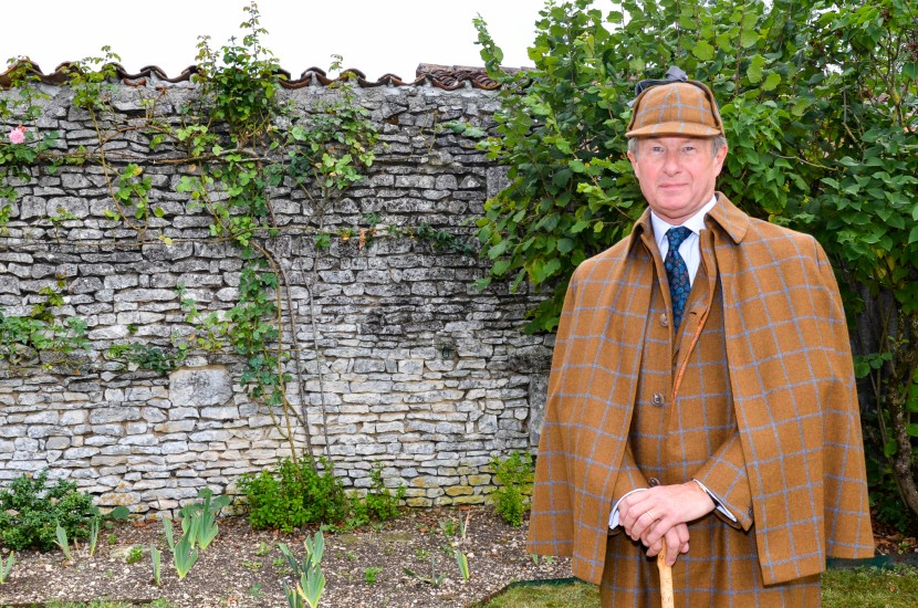 COUNTRY-STYLE-SUIT-WITH-INVERNESS-CAPE-AND-DEER-STALKER-HAT-6-830x550.jpg